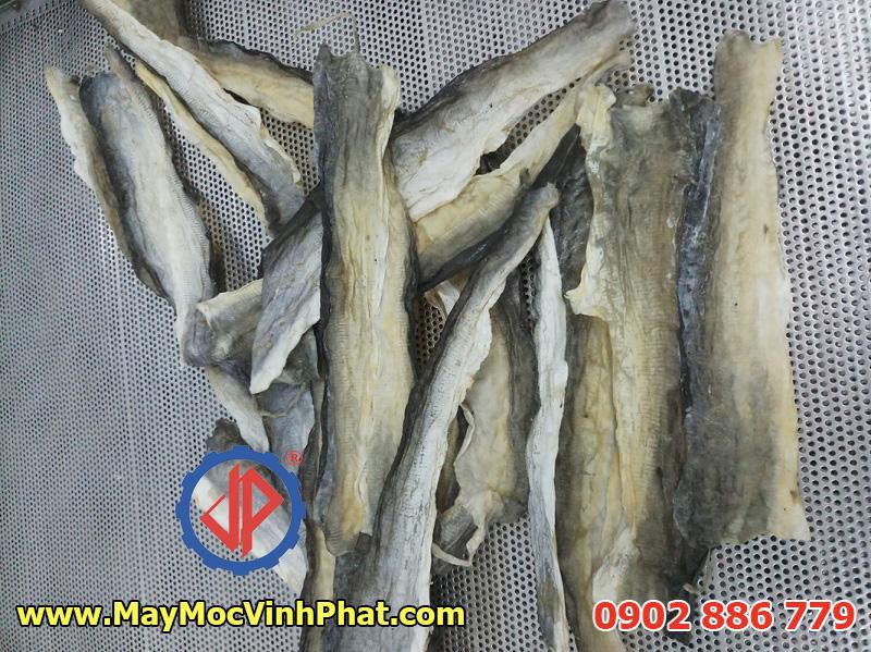 Da cá basa sấy khô trước khi chiên, có thể cắt tỉa tùy nhu cầu