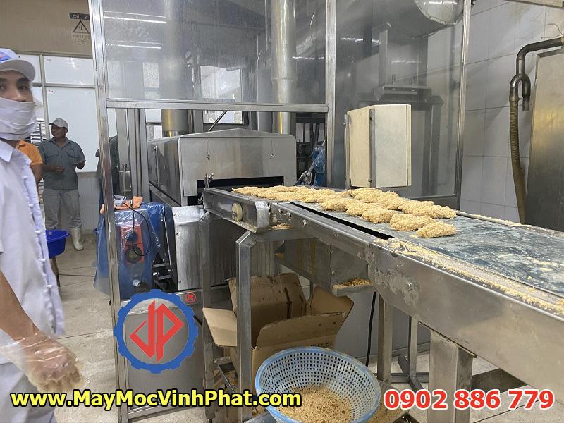 Máy chiên băng tải Vĩnh Phát cung cấp chế biến cá tẩm bột, tôm, mực, thịt gà