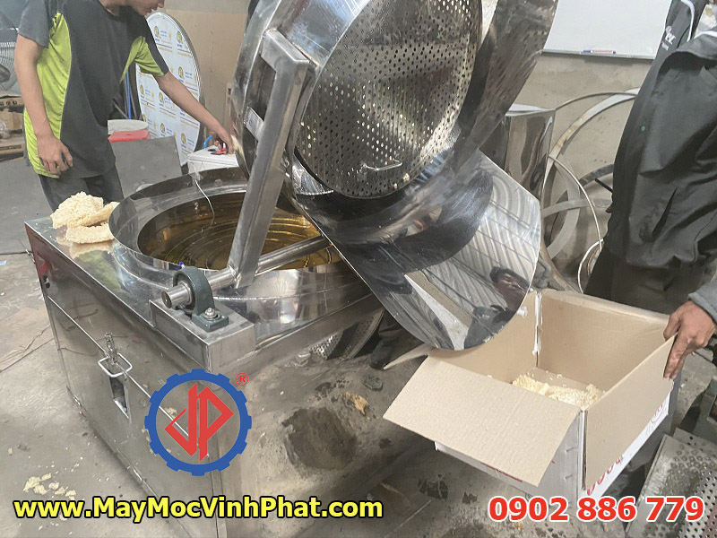 Cơ cấu nâng hạ bằng điện của máy chiên cơm cháy chà bông Vĩnh Phát nhẹ nhàng và an toàn
