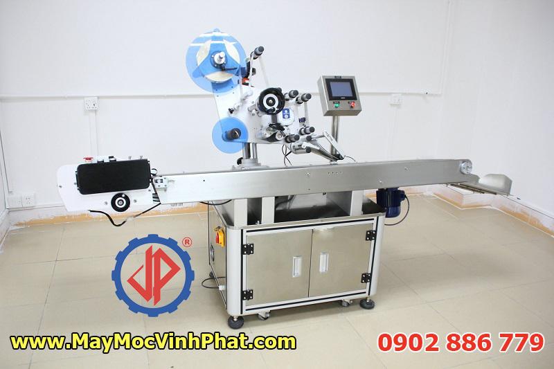 Một mẫu máy dán nhãn tự động Vĩnh Phát cung cấp, máy dán tem chai giá rẻ nhất