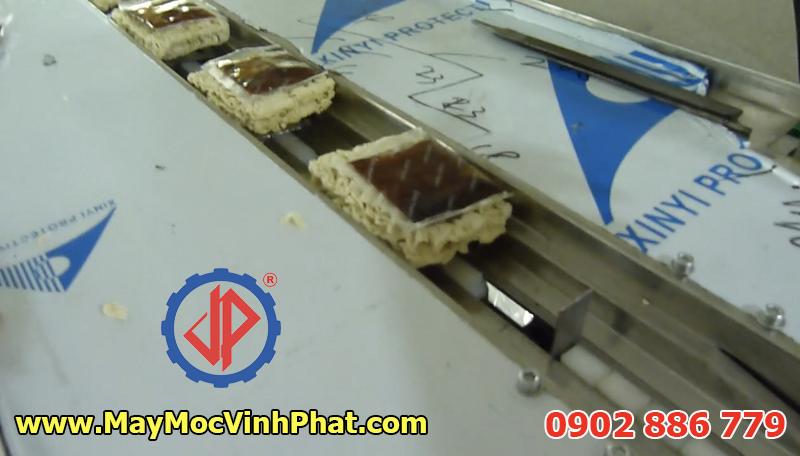 Máy đóng gói dạng nằm cho mì tôm, đầy đủ các túi gia vị