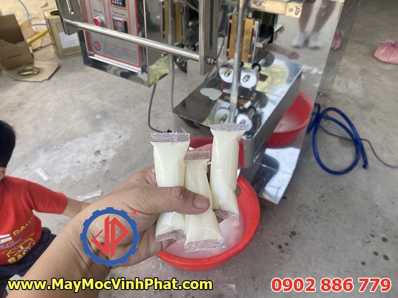 Túi sữa chua que đóng bởi máy đóng gói Vĩnh Phát