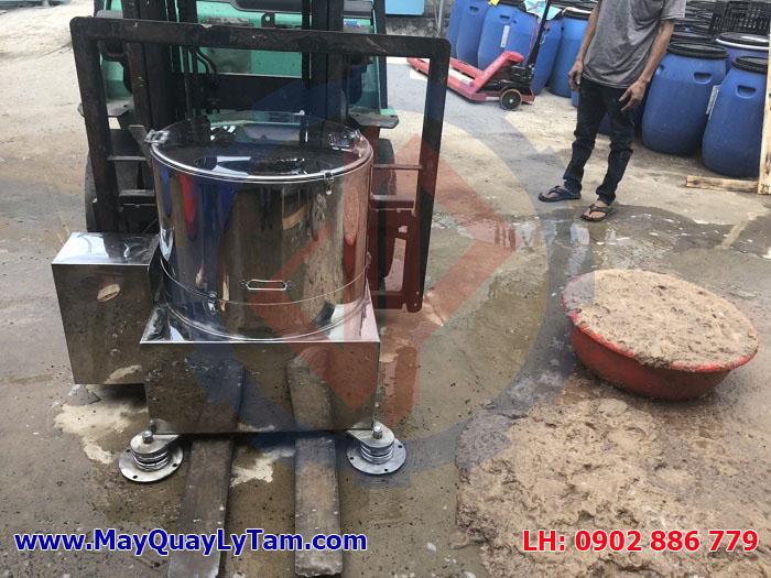 Máy vắt ly tâm inox đang chạy thử tách nước nhàu