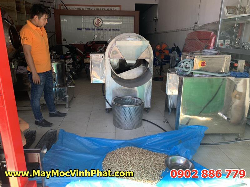 Hình ảnh Máy Móc Vĩnh Phát chạy thử máy rang hạt điều muối theo yêu cầu của khách hàng tại văn phòng
